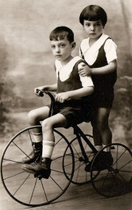 Nadir Afonso com 4 anos (de pé) e o seu irmão Lereno